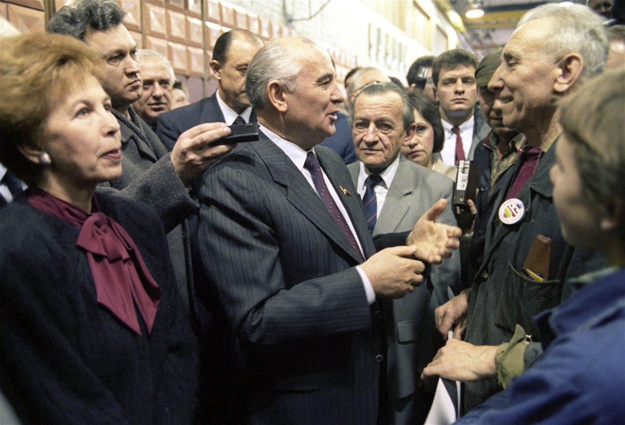 """[Nuotrauka] """"Scanpix""""/""""RIA Novosti"""" nuotr. / [Michailas Gorbačiovas Lietuvoje](https://www.15min.lt/naujiena/aktualu/istorija/m-gorbaciovas-lietuvoje-pries-25-metus-sovietu-lyderis-buvo-bejegis-pries-laisves-troskima-582-477611?copied) — Gorbačiovas visur važinėdavo su žmonėmis. Į politinę aplinką pirmas išleido moteris."""