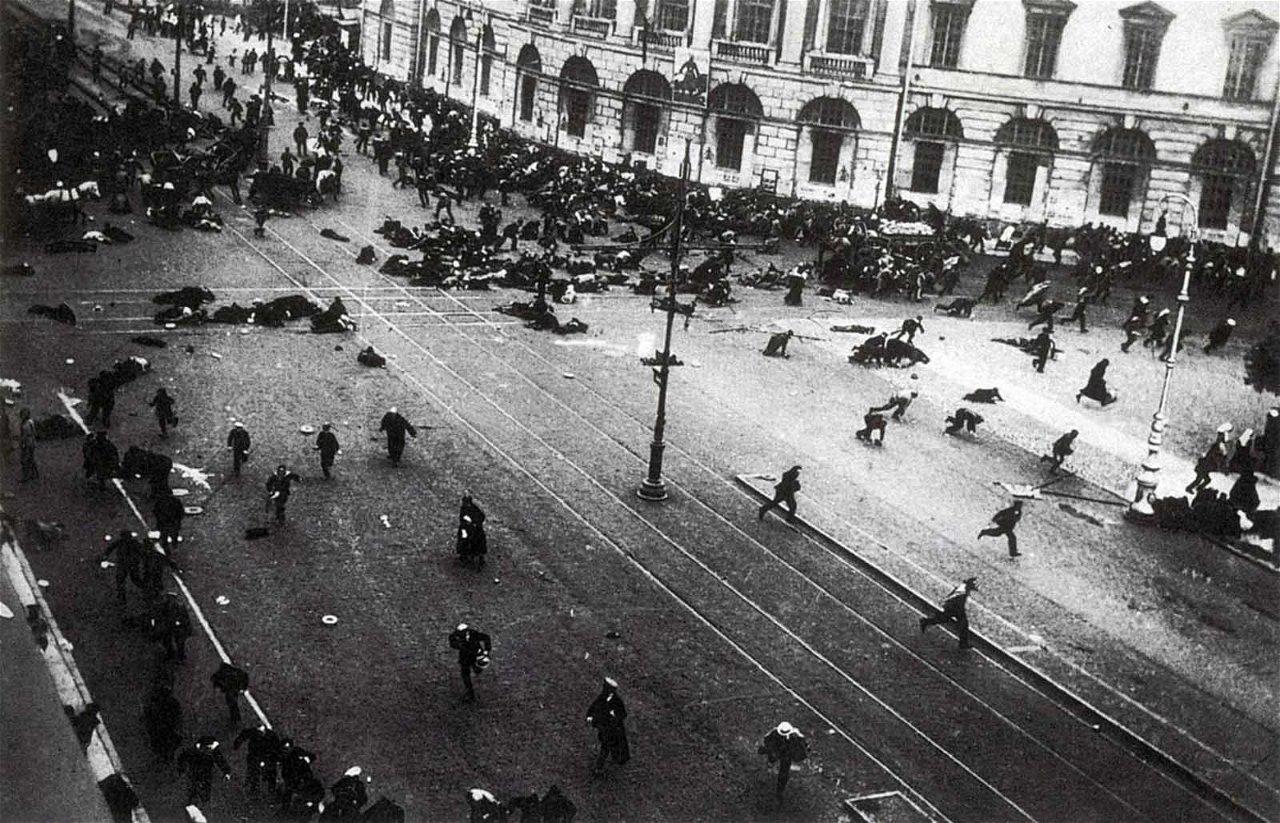 [Nuotrauka] [1917 m. liepos mėnuo. Bolševikai kaunasi su Laikinosios vyriausybės pajėgomis](https://rarehistoricalphotos.com/july-days-russia-1917/)