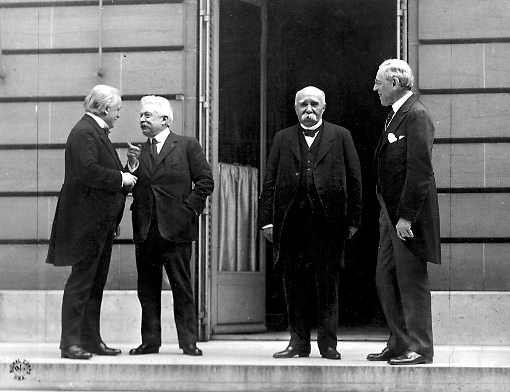 """""""Didysis ketvertas"""" Paryžiaus taikos konferencijoje, 1919 m. gegužės 27 d. Nuo kairės į dešinę: David Lloyd George (JK - Deividas Loidas Džordžas), Vittorio Orlando (Italija), Georges Clemenceau (Prancūzija - Žoržas Klemanso) ir Woodrow Wilson (JAV - Vudro Vilsonas)."""
